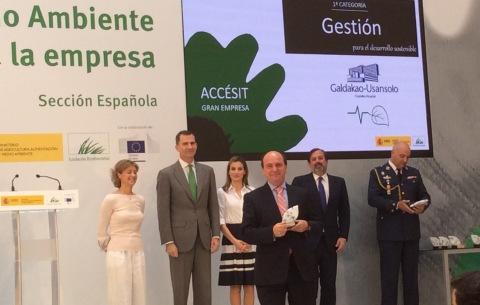 El director de la OSI Barrualde Galdakao, Jon Guajardo, recoge el premio