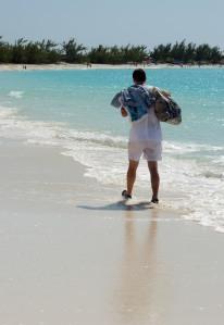 Caminar sobre la orilla del mar favorece el retorno venoso