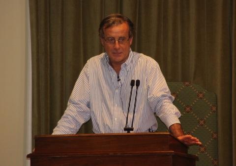 El doctor Enrique Castellanos, cirujano de Grupo IMQ, durante la conferencia