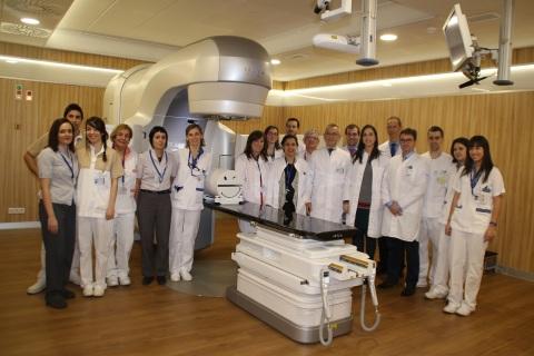 Nuevo acelerador lineal de la Clínica IMQ Zorrotzaurre y personal de la Unidad de Oncología