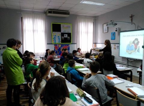 Profesionales de la residencia José María Azkuna visitan a los escolares de El Carmelo