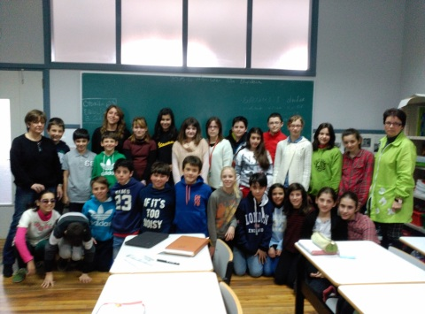 Profesores y alumnos de El carmelo, junto a los profesionales de la residencia José María Azkuna