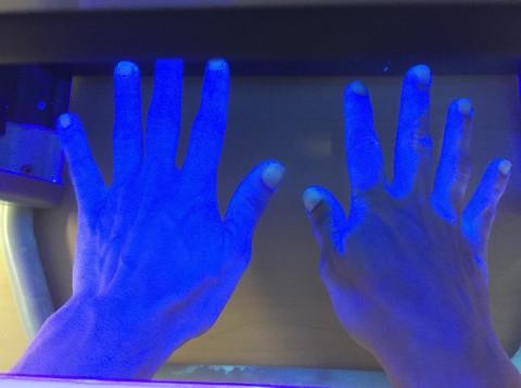 A la izquierda, la mano bien lavada; a la derecha, en oscuro, las partes mal lavadas