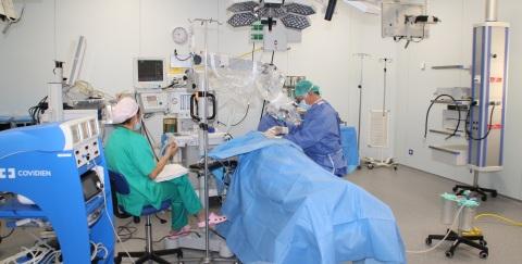 Operación de otorrinolaringología en los nuevos quirófanos de la Clínica IMQ Virgen Blanca